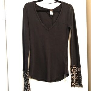 We the Free Grey V-Neck Printed Sleeve Thermal s.L